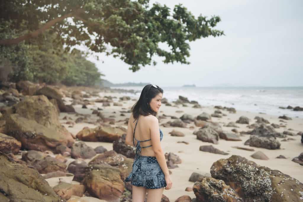 Koh Jum, Thailand, FernwehElixir, Strand mit Steinen und Frau