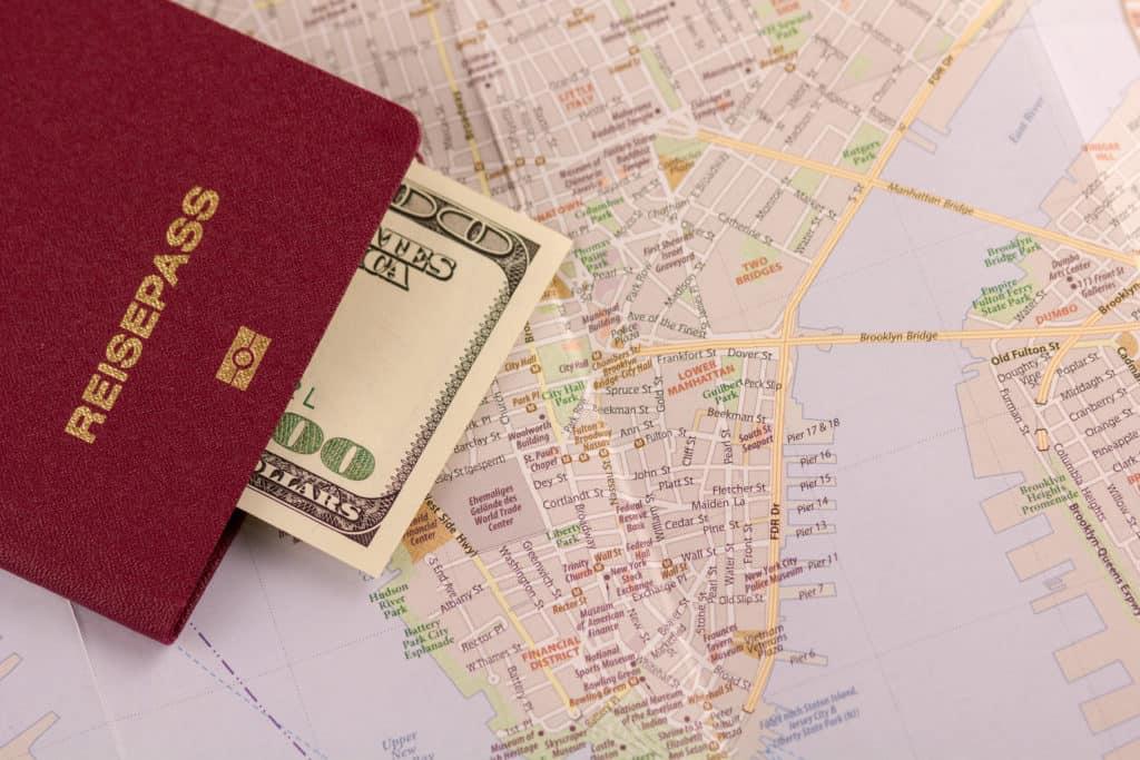 USA, Reise, Urlaub, Visum, FernwehElixir, Reisepass mit Geld und Karte