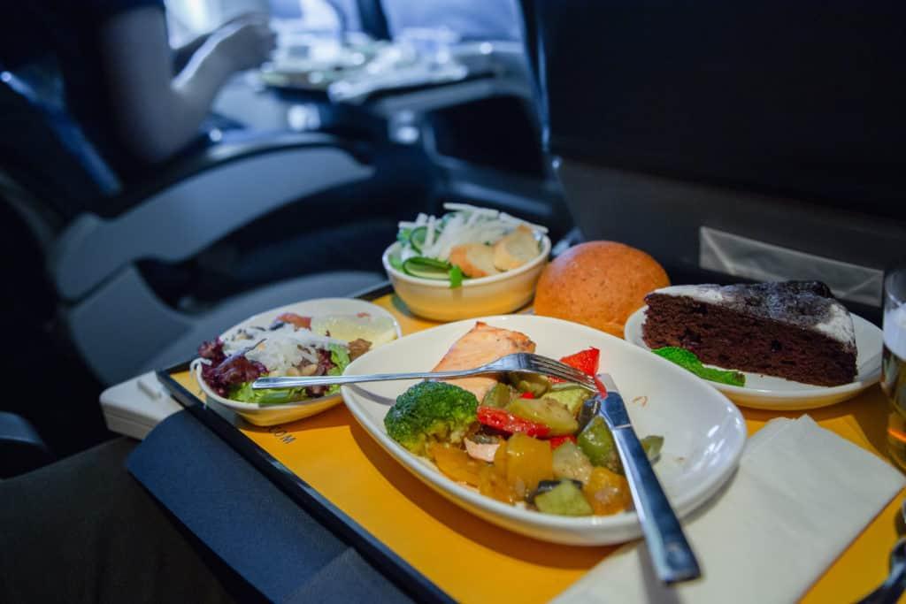Reisevorbereitung, langer Flug, FernwehElixir, Essen an Board